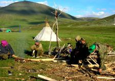 Izdelovalci sank s tradicionalnim šotorom v ozadju