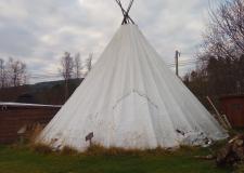 Lavvu in zgradba samijskega parlamenta v mestu Karasjok na Norveškem (1)